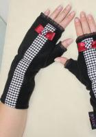 Handschuhe s/w kariert, handbez. Knopf, Schleife rot